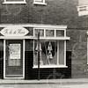 F4605 <br /> De manifacturenwinkel van Th. A. de Haas op de hoek van de Hoofdstraat en de Kerklaan. Foto: 1975.