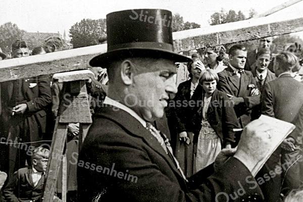 F1918<br /> Tom Bergman in actie als bestuurslid van de Oranjevereniging bij een wedstrijd tobbetje steken. Foto: jaren '30.