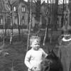 F4030 <br /> Aad en Annie van Rijn. De foto is genomen op de Rusthofflaan. Op de achtergrond is het ouderlijk huis te zien. Foto: 1933