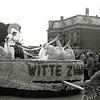 F1386e <br /> Bloemencorso 25 april 1953. De locatie is Sassenheim-noord, bij de Molenstraat. Corsowagen met als titel: 'Witte Zwaan'.