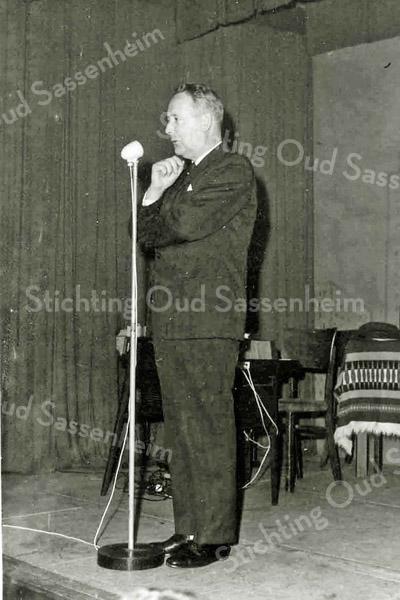 F2833<br /> Burgemeester J. baron van Knobelsdorff bij het 50-jarig jubileum van de R.K. Middenstandsvereniging St. Olaf in de grote zaal van 't Bruine Paard. Foto: januari 1965.