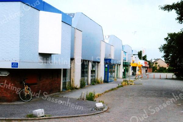 F2016<br /> De winkelgalerij 'Post Promenade' langs de Koetsiersweg.Het gaat op termijn verdwijnen tbv woningbouw. Foto:2009.