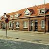 F1349d <br /> Een foto van de Westerstraat. Samen met de Charbonlaan en de Jacoba van Beierenlaan werd er een vierkant gevormd. Deze huizen zijn afgebroken om plaats te maken voor de Gildehof.