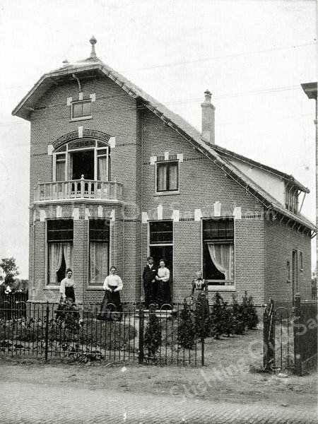 F0433 <br /> Huize Vredehof werd gebouwd in opdracht van Nicolaas Beumer. Hij trouwde op 26 juli 1905. Het huis stond aan de westzijde van de Hoofdstraat in Sassem-noord en moest worden afgebroken vanwege de aanleg van de Carolus Clusiuslaan in 1939. Op de foto: Anna en Marie Koorenhoff uit Leiden. In de deuropening staat Nicolaas Beumer en zijn vrouw Dina Koorenhoff uit Leiden. Rechts staat de schoonmoeder. Zie ook Kent U ze nog ... De Sassenheimers van A.M. Hulkenberg, pag. 24. Foto: 1905.