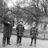F4594<br /> Dhr. Theo Zandbergen (sr) met zijn zoons Theo (jr). En Leen Zandbergen in park Rusthoff. Foto: 1960.