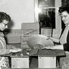 F0932e <br /> Personeel van Gebr. Van Zonneveld & Philippo, werkend in de bollenschuur. De dames zijn bezig met het verpakken en het verzendklaar maken van lelies.Links mevr. Tukker en rechts mevr. Molkenboer.