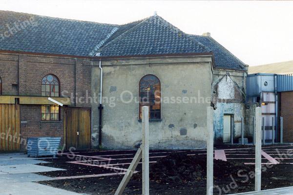 F0360 <br /> De tweede gereformeerde kerk aan de Hoofdstraat 137A. De kerk werd van 1876 tot 1912 voor erediensten gebruikt. Daarna is het gebouw verkocht voor bedrijfsdoeleinden. Vanaf 1919 jaren  werd het gebruikt door kistenfabriek van de fa. M. Bakker en Zn. Foto: 1990.