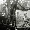 F1143 <br /> Feestelijke herdenking 1813-1913, het Onafhankelijkheidsfeest. Twee figuranten uit de historisch-allegorische optocht op 18 september 1913. De man is Jacob Oostveen, verkleed als de Engelse gezant Yorke. Wie de vrouw is, is niet bekend. Yorke maakte deel uit van groep A, sectie VIII van de optocht.
