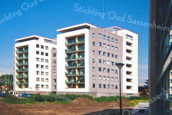 F0924 <br /> Het appartementencomplex Parkhove aan de Parklaan, kort na de oplevering in 1999. De grond ervóór is nog niet bestraat. Rechts op de voorgrond een klein gedeelte van het flatgebouw Het Palet in het Mennepark. Foto: 1999.