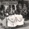 F4503<br /> Bevrijdingsoptocht: 'Terug van de spijkerwacht'. Foto: 1945. <br /> Dhr. Braam zou op de foto moeten staan.
