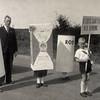 F4468<br /> Bevrijdingsoptocht: 'de eerste sigaretten na de bevrijding'. Foto: 1945