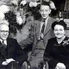 F4383<br /> De familie Post. Vlnr: meester Post; Ben Post (medefirmant van Elektrotechnisch installatie bedrijf Huyts  & Post) en zijn vrouw Luus van der Wiel.