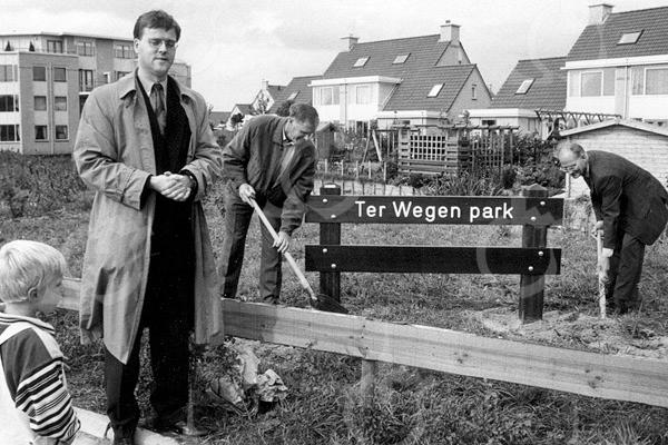 F4165 <br /> Opening van het Ter Wegen Park door wethouder de Vries. Links van het hek staat T. Zandvliet en rechts dhr. Kampinga.