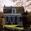 F1562 <br /> Het huis van de fam. J.H.G. Langeveld op Hoofdstraat 104 nabij de Oude Postbrug, gelegen aan de Zandsloot. Het pand is gebouwd in 1890.