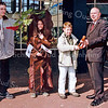 F2504<br /> Overhandiging van de voorzittershamer door burgemeester C.J. Waal op het gemeentehuis op de boomfeestdag. Foto: 2003.