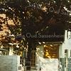 F2169<br /> Café Van Hage, gelegen aan de Hoofdstraat nr. 259 tegenover de Oude Haven. Achter de witte muur, bij de boom, was het terras. Foto: ca. 1965.