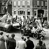 F0106 <br /> Bloemencorso van ca. 1948. De foto is op de Hoofdstraat genomen ter hoogte van het bollenbedrijf Scheffers & Kroes NV (schuin tegenover de Bijdorpstraat). Het allereerste officiële Bloemencorso van de Bollenstreek werd in 1947 gehouden.  Op de foto wordt een praalwagen getrokken door een Amerikaanse jeep, een veel gebruikt voertuig in de naoorlogse jaren. Foto: ca. 1948.