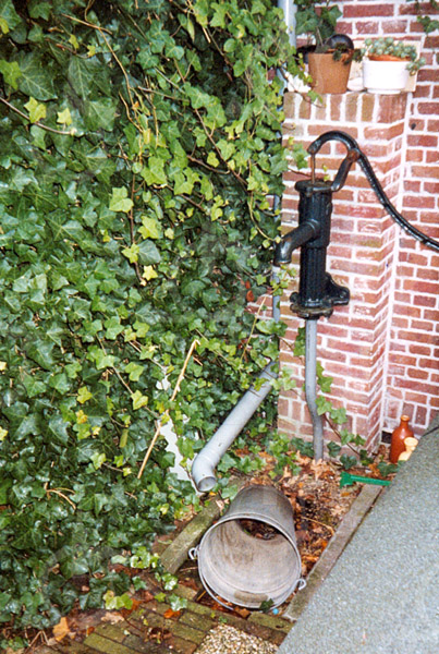 F4258<br /> <br /> De pomp achter de panden Kerklaan 25 en 27. Tijdens de oorlog mochten omwonenden bij de fam. van Rijn water uit de pomp halen. Foto: 2002