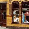F1629 <br /> De fourniturenwinkel van dhr. J. Oostveen in de Floris Schoutenstraat (nr. 11). Als laatste winkel in zijn soort uit het dorpsbeeld verdwenen sinds de sluiting in juli 2001. Foto: 28-7-2001.