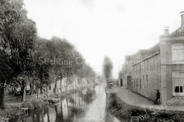 F0435 <br /> Gezicht op de Kastanjelaan (links) en de Vaartkade (rechts). Foto: 1895.