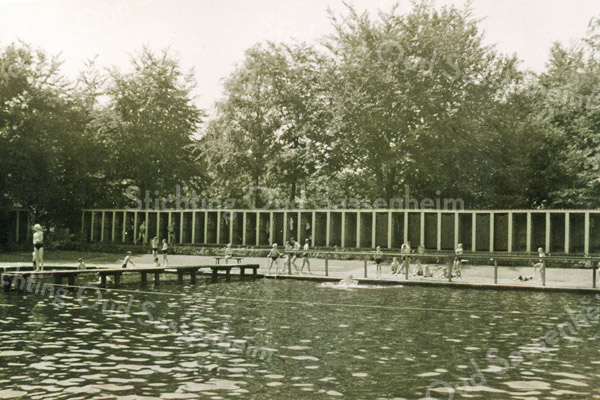F3947<br /> Het voormalige zwembad aan de Willem Warnaarlaan