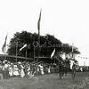 F1150 <br /> Feestelijke herdenking 1813-1913, het Onafhankelijkheidsfeest. Ringsteken op het feestterrein De Overplaats. We zien de heer Hoogstraten met zijn dochter in actie. Zie ook F1141 en F1148.