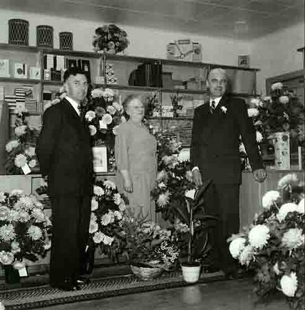 Fcs0624<br /> Opening kantoorboekhandel Demmenie. Nic, moeder Demmenie en Wim in de hernieuwd geopende zaak.