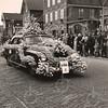 F4453<br /> Bloemencorso 1949, een fraai versierde personenauto.