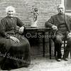 F3184<br /> Arnoldus Jan en Marijtje van Rijn. Zij woonden op de boerderij Rusthoff, die midden in Sassenheim lag. Foto: 1903