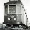 F3766<br /> Voor de eerste Blauwe tram officieel ging rijden op 30 december 1932 waren er instructieritten om de wagenvoerders aan het nieuwe materiaal te laten wennen. Voor sommige was het een hele overgang van stoom naar elektrisch. Hier zitten drie geüniformeerde personeelsleden op de tram richting Leiden. Deze foto is genomen bij de Klinkenberg, net voorbij de spoorweg overgang. Foto: begin december 1932.