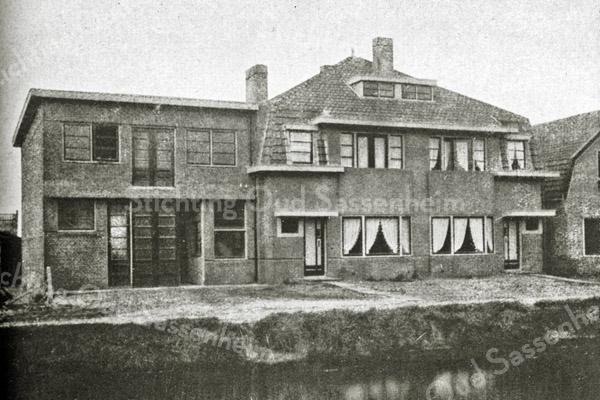 F2730<br /> Een dubbel woonhuis met werkplaats aan de Postwijkkade te Sassenheim.  Architecten: Ponsen en Lohmann. Foto: vóór 1929