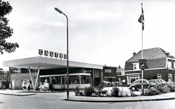 F0412 <br /> Lisser Automobielbedrijf N.V., het Caltex-pompstation met garage aan de Narcissenlaan 16, tussen de Bijdorpstraat en de Floris Schoutenstraat. Inmiddels reeds vele jaren Garagebedrijf Van der Zwan.
