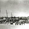 F2072<br /> Gezicht op de Oosthaven. Rechts de huizen aan de Molenstraat. Links het buurtje Weltevreden met daarbovenuit het torentje van het pand van Barend van Loo. In het midden de huizen van het buurtje Amerika. Daarnaast de rosmolen (thans woonhuis van de fam. Van der Kwast). Rechts daarvan de smederij van Engberts. De foto is gemaakt tijdens de Tweede Wereldoorlog: vrachtwagens waren toen in beslag genomen; vrachten moesten toen met paard-en-wagen vervoerd worden.