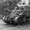 F4010a <br /> Een bevrijdingsfoto. Een Canadese tank ter hoogte van het pand van kolenhandel Vos, Bemelman en de Oude Haven. Foto:1945