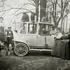 F1961<br /> Een familiefoto van het gezin Bakker van de garage aan de Oude Haven.<br /> Achter het stuur Koos Bakker van de smederij; de jongen achter in de auto is Flip Bakker (later garage Bakker, Hoofdstraat 133). De verdere namen zijn vermeld in 'Kent u ze nog … de Sassenheimers', tekst nr. 45. Foto: ca. 1916.