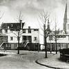 F0536 <br /> Rij huizen, genaamd Nijenburg, in de bocht van de Prins Hendriklaan naar de Wilhelminalaan, gezien vanaf de Emmalaan. Op de achtergrond de St. Pancratiuskerk en het voormalige raadhuis. Ook het dak van de ABN-Amrobank is zichtbaar. Foto: jaren '50.