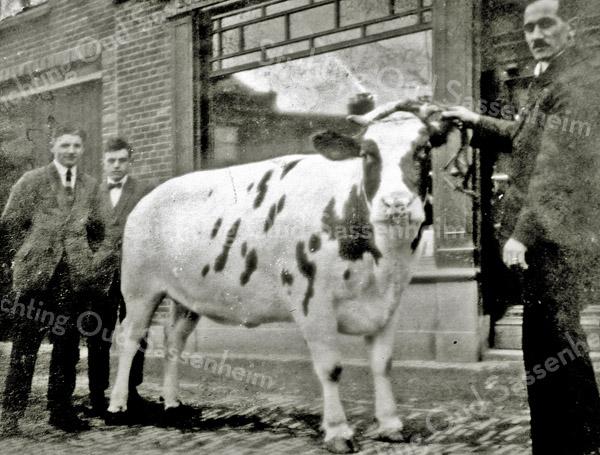 F2946<br /> Rechts staat Hendricus Hulsbosch met de koe voor de slagerij.