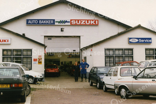 F3803<br /> Het bedrijf Auto Bakker verhuisde in 1987 naar de Industriekade. Het betrok het oude pand van vatenhandel van der Zee. Op de foto de trotse eigenaars het echtpaar Jacques en Erie Bakker. Dit pand is gesloopt in 2007 en er is een modern nieuw pand voor in de plaats gekomen.