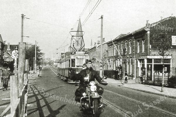 F2681<br /> De Hoofdstraat ter hoogte van de Zuilhofstraat (rechts). Vroeger heette het rijtje huizen in de Zuilhofstraat 'de blauwe buurt', naar de kleur van de dakpannen. Maar in de raadsvergadering van augustus 1914 is besloten om de straat de naam Zuilhofstraat te geven.