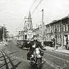 F2681<br /> De hoek van de Hoofdstraat en de Zuilhofstraat. Vroeger heette het rijtje huizen de blauwe buurt. Maar in de raadsvergadering van 1914 is besloten om de straat de naam Zuilhofstraat te geven.