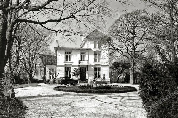 F0036 <br /> Villa Casa Reale, gelegen aan de Hoofdstraat, werd gebouwd in 1894 ter gelegenheid van het huwelijk van Gerard Kruijff en Helena Vorstius. Architect was Eduard Cuypers. Na het overlijden van Kruijff werd het pand in 1921 verkocht aan E.J. Speelman, die het bewoonde tot 1950. Zie ook Sassenheim in oude ansichten van G. Verschoor, pag. 26. Links is nog een gedeelte te zien van de gereformeerde kerk.  Foto: 1996. Zie ook foto F0035.