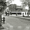 F1374a <br /> Hoofdstraat 278, drogisterij De Hoek van H. Melman. Voor 1937 was de drogisterij van dhr. G. Duijster, 1937-1950 van mevr. Melman-van Diest en van 1950-1990 van Hein Melman en zijn vrouw R. Melman-v.d. Nouland. Het rechter gedeelte van het woonhuis is er later aangebouwd. Het gedeelte boven de winkel is later opgetrokken (verbouwing 1970/1971). Het pand rechts naast het woonhuis was het magazijn. Er stond toen nog een telefooncel op de Oude Haven!