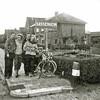 """F2943<br /> Een foto uit 1951 met de bedoelde grenspaal tussen Lisse en Sassenheim. Een stel fietsers uit Amsterdam, waaronder Jaap en Wil Zimmerman (het stel links) is aan het fietsen in de streek en gaat op de foto naast het bord """"Sassenheim"""". Ze wisten toen nog niet dat ze zich twintig jaar later in Sassenheim zouden vestigen"""
