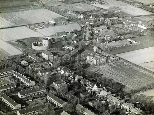 F0686 <br /> Luchtfoto van het noordwesten van Sassenheim met o.a. de Ruïne van Teylingen en de huizen langs de Teijlingerlaan. Verder zijn de voormalige bollenschuren van Bergman, Papendrecht en Van der Voet (nu Monte Carlo) en de bollenschuur van Westerbeek te zien.