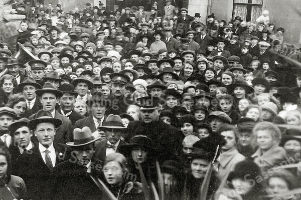 F0676 <br /> Foto van een menigte onbekende mensen. Chef-veldwachter C. Posthumus staat in het midden op de voorgrond. De locatie is onbekend.