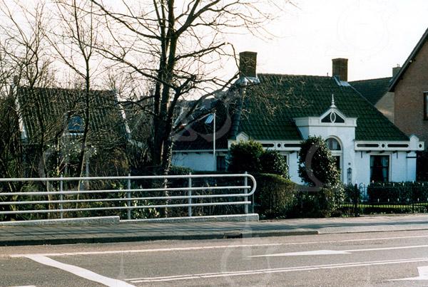 F4326b<br /> Hoofdstraat 100. Dit pand wordt bewoond door dhr. W. van Hage. Foto: 2003