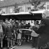 F3677<br /> De opening van de weekmarkt op 28 juni 1957 in de Hortuslaan door wethouder  Vogelaar. We zien o.a  groenteboer Nederstigt staan voor zijn kraam, in het midden staat dhr. Lascaris, links vooraan Peter Vis en daarachter Jan van Leeuwen.