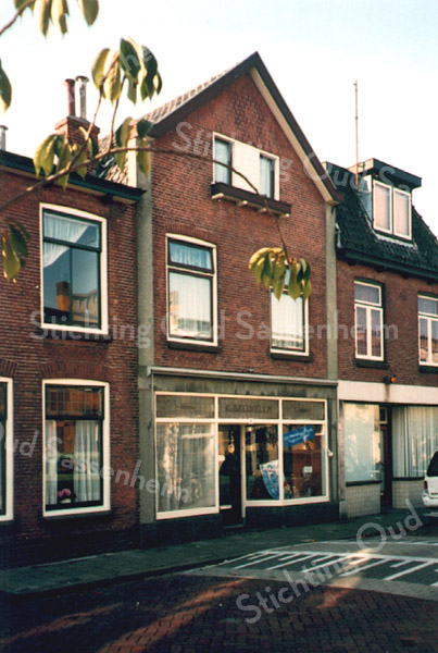 F2265<br /> De schoenenwinkel van G. van Breukelen in de Floris Schoutenstraat.