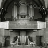 F2809<br /> Het interieur van de gereformeerde kerk in de Julianalaan, na de verbouwing in 1927-1928. Het orgel is gebouwd door de fa. Standaart te Rotterdam. Tot 1958 is dit het beeld geweest van het liturgisch centrum in de kerk. Het ontwerp van dit liturgisch centrum is van architect B. T. Boeijinga ( 1886 – 1969).