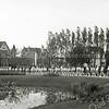 F0992 <br /> Een optocht van de gymnastiekvereniging ter hoogte van de vijver voor Huize St. Bernardus ter gelegenheid van de priesterwijding van C.J. van der Voort op 31 mei 1958.